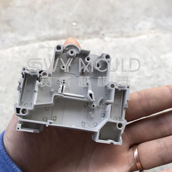 Пластиковая оболочка для миниатюрного автоматического выключателя