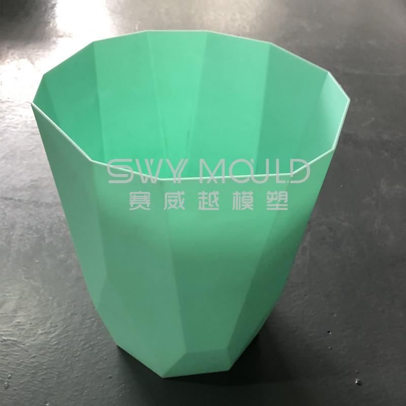 Пластиковая форма для мусора в офисе